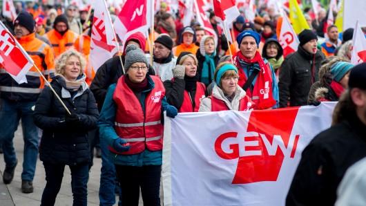 Lehrer gehen in Niedersachsen am Montag auf die Straße. (Archivbild)