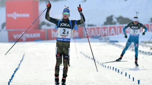 Biathlon-Weltcup: Simon Schempp aus Deutschland jubelt vor Simon Fourcade (r.) aus Frankreich im Ziel.