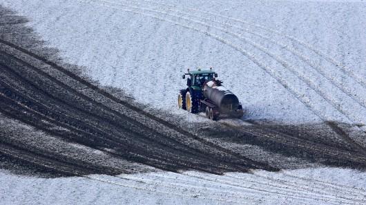 Bei den Landwirten ist da Ausfahren der Gülle auf gefrorenem Boden beliebt (Archivbild).