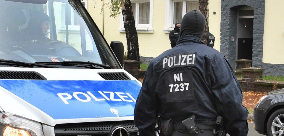 Polizeibeamte durchsuchen am 8. November 2016 ein Wohnhaus in Hildesheim. (Archivbild)