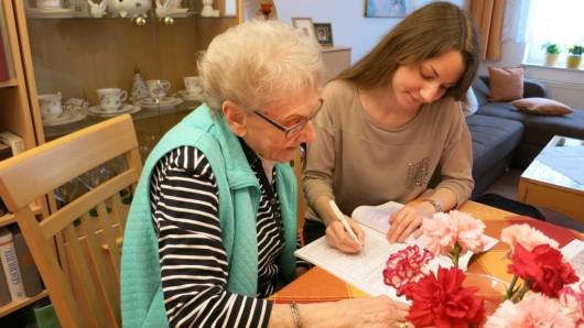 Welche Pflege wird gebraucht? Sozialarbeiterin Mariela Abel von der Caritas Braunschweig (rechts) berät eine Patientin.
