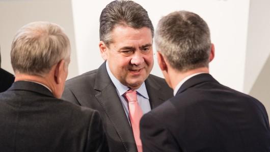 Bundesaußenminister Sigmar Gabriel (SPD, m) begrüßt während der Münchner Sicherheitskonferenz den französischen Außenminister Jean-Marc Ayrault (l) und Nato-Generalsekretär Jens Stoltenberg.
