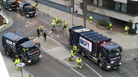 Die Männer von Alba hatten ab dem späten Sonntagnachmittag Hochkonjunktur. Tonnenweise entsorgten sie die Überreste des Schoduvel - hier an der Ecke Gördelingerstraße/Lange Straße.