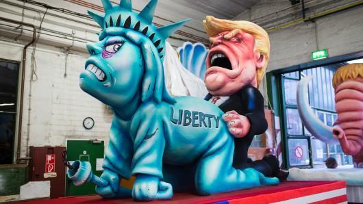 US-Präsident Trump vergewaltigt die Freiheit: Motivwagen beim Düsseldorfer Rosenmontagszug.