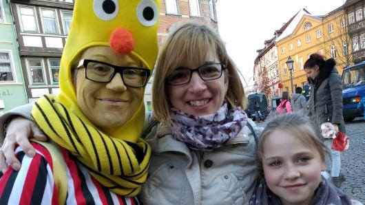 Theda Wrede, Sabine Gabler und Ellen-Julie Dreschke beim Rosenmontagsumzug in Helmstedt.