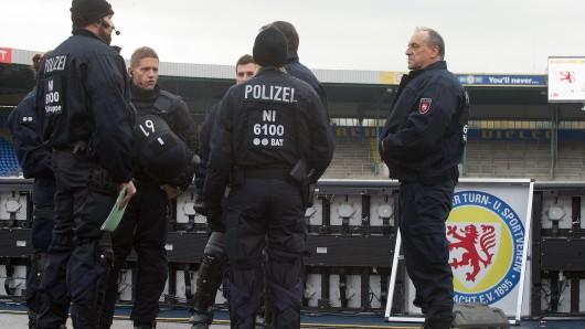 Polizeibeamte im Eintracht-Stadion am Rande des Derbys gegen Hannover 96 am 6. November vergangenen Jahres.