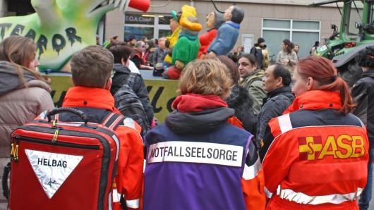 Immer unterwegs: Die Sanitäter des ASB beim Schoduvel in Braunschweig.