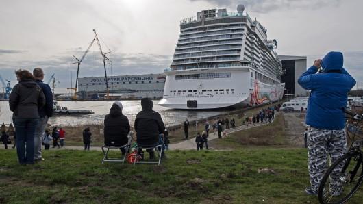 Ganz langsam verlässt die 334 Meter lange Norwegian Joy das Baudock der Papenburger Meyer-Werft - beobachtet von vielen Schaulustigen.