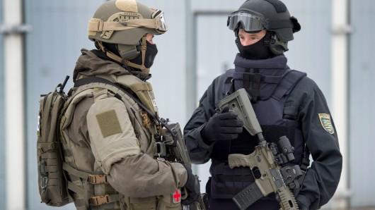Sondereinsatzkräfte (l) und Spezialkräfte der sächsischen Polizei bei der Übergabe neuer Anti-Terror-Ausrüstung.