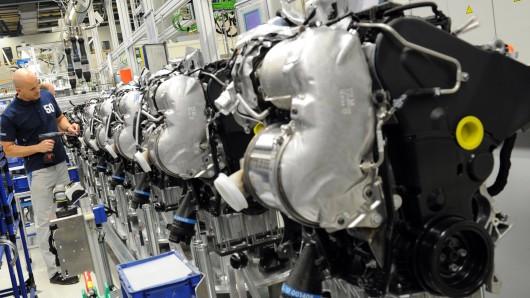 Das VW-Werk Salzgitter ist das wichtigstes Motorenwerk des Konzerns in Deutschland. Demnächst soll die Batteriefertigung dabei helfen, Jobverluste durch die schwindende Bedeutung des Verbrennungsmotors auszugleichen (Archivbild).