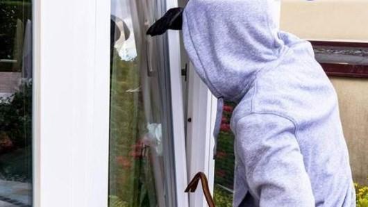 Der Mann hatte das gekippte Fenster aufgebrochen (Symbolbild).