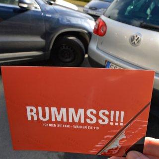 Vermutlich beim Ausparken hatte ein Auto den Touran gerammt. (Symbolbild)