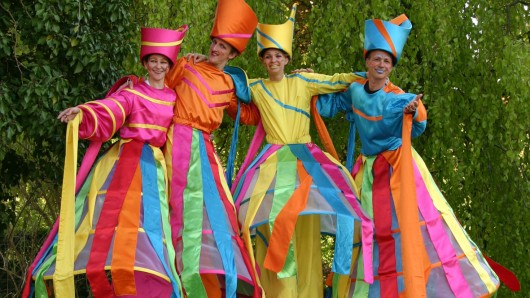 Die Farbentänzer des Zebra-Theaters stolzieren über das Veranstaltungsgelände am Schloss Richmond.