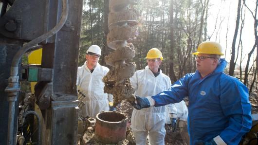 Mitarbeiter einer Bohrfirma entnehmen nahe der Ortschaft Dethlingen (Niedersachsen) eine Bodenprobe von einem Bohrer.