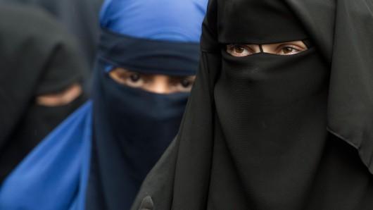 Vollverschleierte Frauen bei einer Salafisten-Kundgebung in Offenbach (Archivbild).