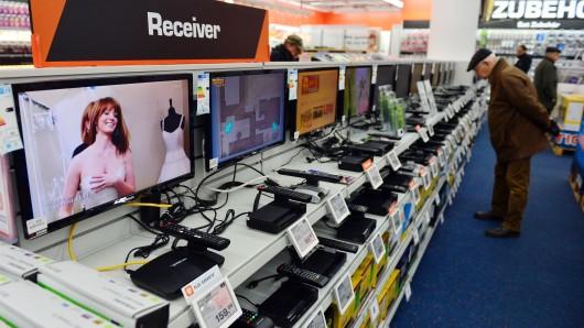 Bei Elektronik-Händlern gibt's eine reiche Auswahl an DVB-T2-Receivern; Millionen Deutsche empfingen Fernsehen bisher über das terrestrische System DVB-T, das heute Nacht abgeschaltet worden ist.