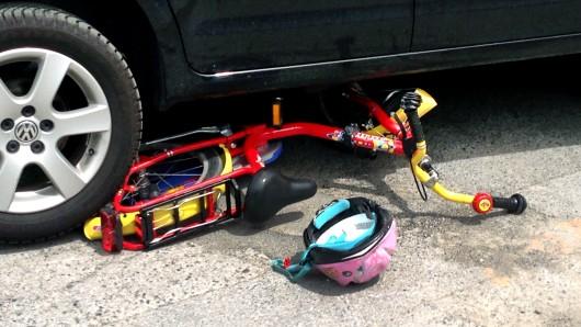 Der Junge hatte den Wagen als schwarzen Rennwagen beschrieben (Symbolbild).