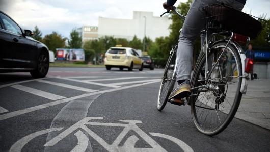 Unbekannter Täter beklaut Radfahrerin auf der Straße(Symbolfoto).
