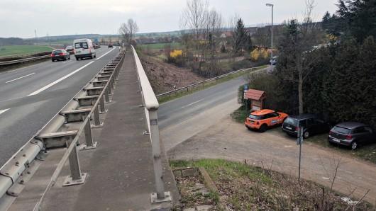 Dichter geht's kaum: Nur wenige Meter vom Ortsrand von Fümmelse entfernt verläuft die A395, auf der nach Ende der Bauarbeiten wieder ungehemmt Gas gegeben werden darf.