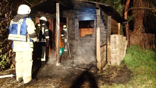 Noch während der Stall brannte, mussten die Wehrleute zu dieser benachbarten Gartenlaube anrücken.