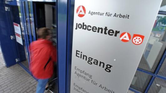 Bei den Arbeitsagenturen und Jobcentern waren im März in Niedersachsen weniger Menschen registriert als im Februar. In der Region38 dagegen stiegen in einigen Bereichen die Arbeitslosenzahlen im Vergleich zum März vergangenen Jahres.