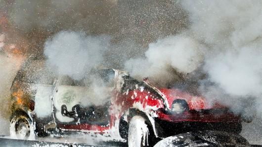 Wegen eines Pkw-Brandes auf der A39 bei Cremlingen kam es am Montagabend zu Behinderungen (Symbolbild).