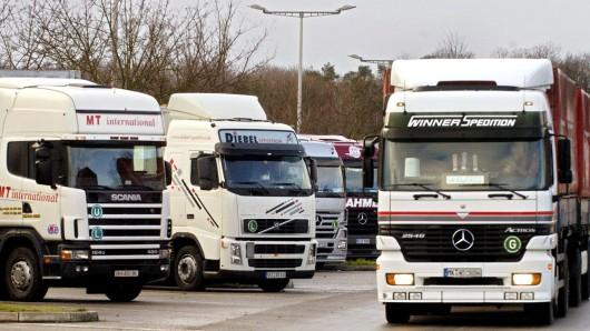 In Sachsen-Anhalt fehlen bis zu 750 Lkw-Parkplätze an den Autobahnen. Besonders angespannt ist die Situation an der A2 (Archivbild).