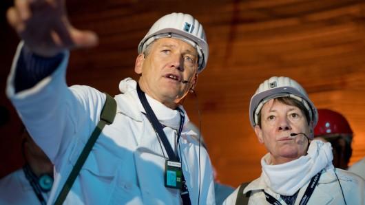 Längst ist die Asse ein Politikum: Bundesumweltministerin Barbara Hendricks (SPD) lässt sich vom Präsidenten des Bundesamtes für Strahlenschutz, Wolfram König,  die Anlage erklären.