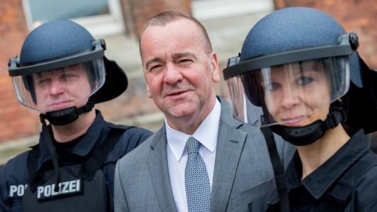 Der niedersächsische Innenminister Boris Pistorius (m.) zusammen mit niedersächsischen Polizeibeamten (Archivbild).