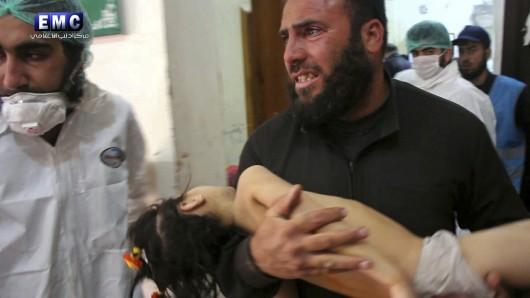 Ein Foto, das am 04. April 2017 von syrischen Regierungsgegnern der Gruppe Edlib Media Center zur Verfügung gestellt wurde, zeigt wie ein Opfer des Giftgasangriffs in Chan Scheichun zur Behandlung getragen wird.