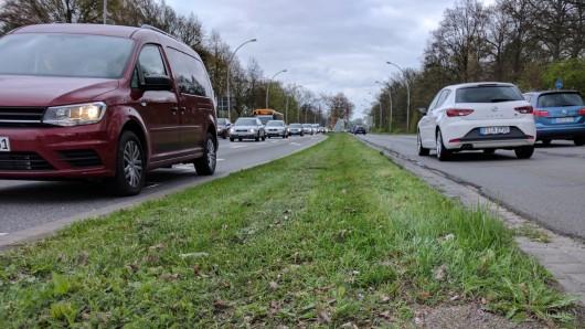 Die vierspurige Heinrich-Nordhoff-Straße ist eine der wichtigsten Verkehrsadern in Wolfsburg.