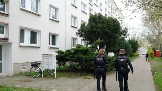 Polizisten gehen am 08.04.2017 zu einem Haus in Staßfurt (Sachsen-Anhalt). Ein 58-Jähriger hat in Staßfurt (Salzlandkreis) vermutlich seine acht Jahre jüngere Ehefrau erstochen und seinen Sohn mit einem Messer schwer verletzt. Die 50-Jährige Ehefrau starb noch am 07.04.2017 in der Wohnung, wie die Polizei mitteilte.