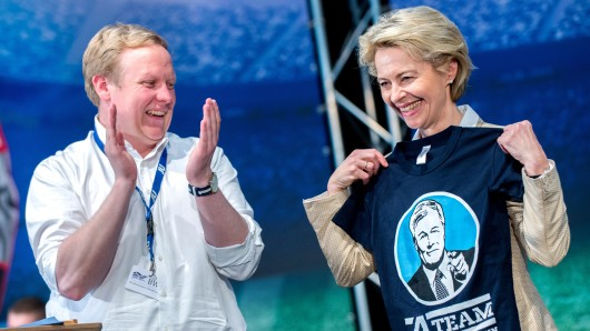 Die Bundesministerin für Verteidigung, Ursula von der Leyen (CDU), erhält am 8. April 2017 während des Niedersachsentages der Jungen Union in Barsinghausen (Niedersachsen) vom Landesvorsitzenden der niedersächsischen Jungen Union, Tilman Kuban, ein T-Shirt mit einem Porträt des CDU-Landesvorsitzenden Althusmann und der Aufschrift A-Team.