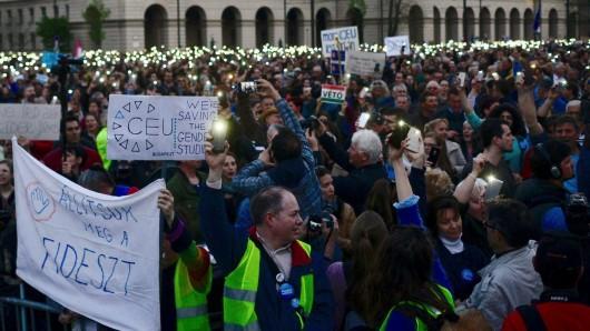 Demonstranten protestieren gegen die Pläne der Regierung Orban die US-geführte, private Zentraleuropäische Universität (CEU) in Budapest mithilfe des neuen Hochschulgesetzes zu schließen.