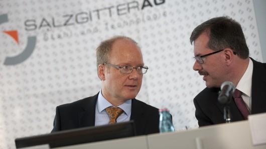 Heinz Jörg Fuhrmann (l-r), Vorstandsvorsitzender der Salzgitter AG, und Burkhard Becker, Vorstand für Finanzen, sprechen am Freitag (30. März 2012) während der Bilanz-Pressekonferenz der Salzgitter AG zum Geschäftsjahr 2011 in Salzgitter miteinander.