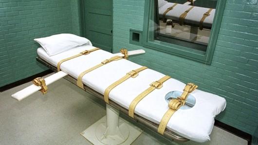 Auf solchen Liegen werden Todeskandidaten festgeschnallt wenn ihnen die Gift-Injektion gesetzt wird. Hier ein Foto aus dem Gefängnis im texanischen Huntsville.