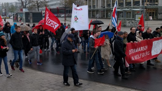 Ostermarsch in Wolfsburg: Etwa 40 Teilnehmer trotzen dem Regen.