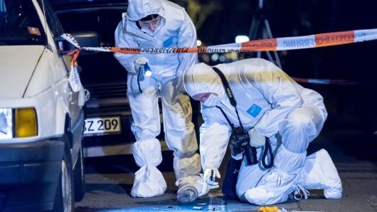 Beamte der Spurensicherung untersuchen den mutmaßlichen Tatort, an dem die 27-Jährige die tödlichen Verletzungen erlitt.