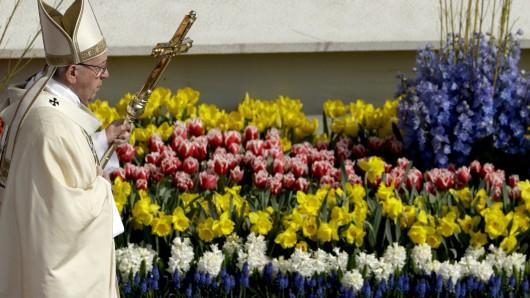 Papst Franziskus während der Ostermesse auf dem mit 35.000 Blumen dekorierten Petersplatz in Rom.