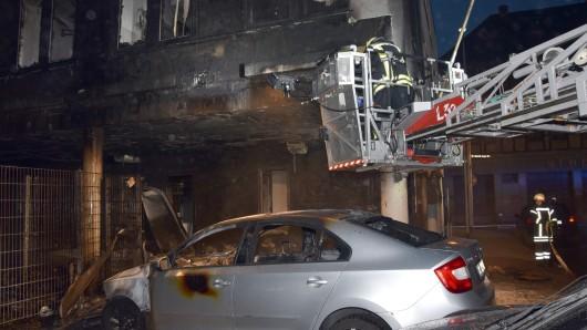 Stundenlang musste die Feuerwehr in der Nacht zum Ostermontag 2017 gegen die Flammen am Ärztehaus kämpfen (Archivbild).