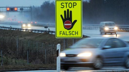 Einen volltrunkenen Geisterfahrer hat die Braunschweiger Polizei am frühen Ostermontag von der A39 geholt (Symbolbild).