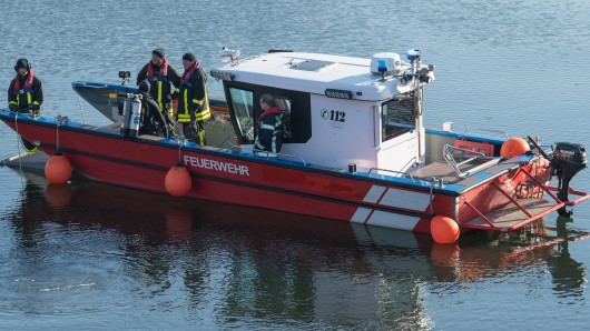 Mit Booten konnten die Feuerwehrkräfte die Wildschweine zur Ausstiegsmöglichkeit bei Watenbüttel leiten (Symbolbild).