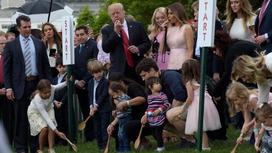 US-Präsident Donald Trump (Mitte) und First Lady Melania Trump (daneben) eröffnen vor dem Weißen Haus in Washington D.C. das traditionelle Ostereierrollen.