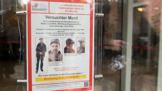 Ein Fahndungsplakat des LKA Niedersachsen nach zwei ehemaligen Mitgliedern der Rote Armee Fraktion (RAF), Burkhard Garweg (r.) und Ernst-Volker Staub (l.) (Archivbild).