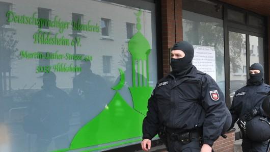 Polizisten bei einer Razzia im Sommer 2016 beim Deutschsprachigen Islamkreis Hildesheim. Der Verein ist mittlerweile verboten. Die Stadt sucht jetzt Geldgeber für eine Präventionsstelle gegen Salafismus (Archivbild).