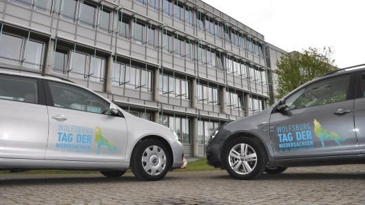 Die Dienstwagen sind mit dem Logo des Tages der Niedersachsen beklebt.
