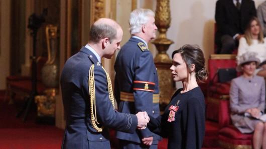 Die Sängerin und Designerin Victoria Beckham erhält in London den Orden des Britischen Empires (Order of the British Empire) von Prinz William.