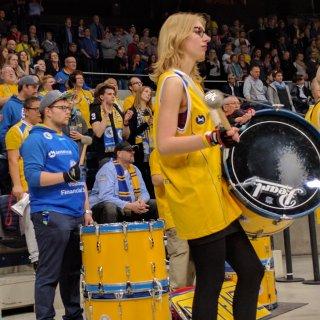 Die Fankurve der Basketball Löwen unterstützt ihre Mannschaft lautstark (Archivbild).