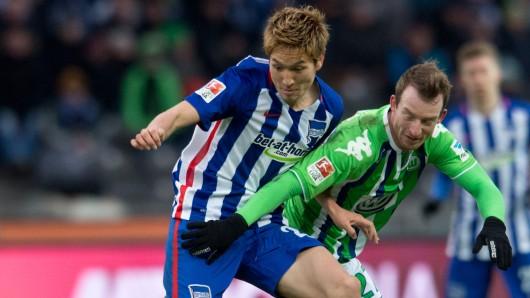 Hertha Berlins Genki Haraguchi (l.) kämpft mit Maxi Arnold um den Ball (Archivbild).