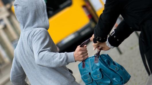 Karriereförderung der anderen Art: In Bremen wurde ein Junge von seiner Mutter zum Taschendiebstahl angestiftet. (Symbolbild)